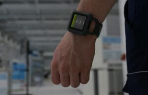 Über Produktions-IT-Plattform Smartwatch ins Fertigungssystem einbinden