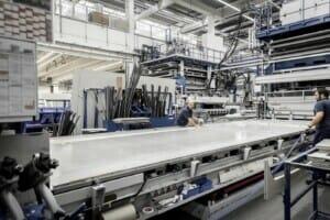So fertigt Hymer riesige Bleche für spiegelglatte Karosserieoberflächen