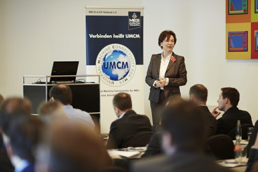"""Frau Dr. Frank von Beckhoff Automation während der Veranstaltung """"MES im Fokus""""."""